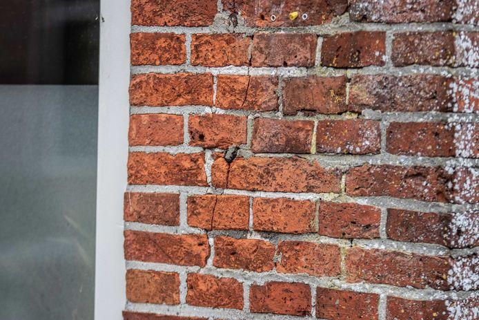 Een scheur in een woning in Westerwijtwerd, waar het epicentrum lag van een aardbeving met een kracht van 3.4.