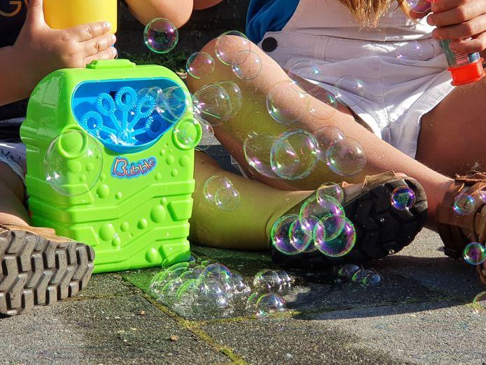 De leden van Gymka bliezenden duizenden zeepbellen naar de hemel.