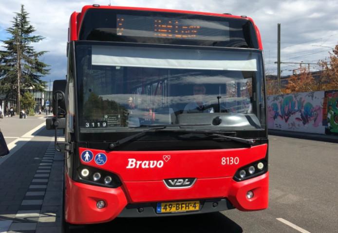 Nu de buslijnen door de dorpskern van Halsteren geschrapt zijn, moet mensen uit onder meer De Beek een flink eind lopen naar een halte. Het ontbreekt echter aan een veilige voetgangersroute, stelt de Dorpsraad.