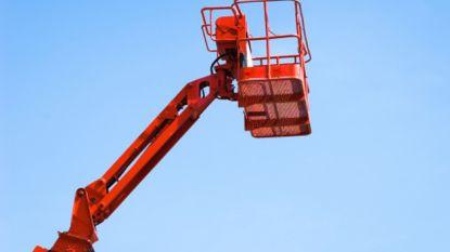 Tachtiger komt onder hoogtewerker terecht