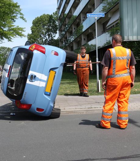 Crash met twee auto's in Breda: bestuurster behandeld in ambulance