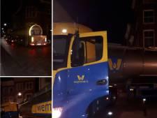 Vrachtwagen van 18 meter komt vast te zitten in Dordtse binnenstad