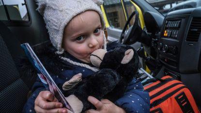 Juliette (4) heeft haar geliefde knuffelaap terug: ambulancier brengt haar nieuwe nadat ze oude verloor