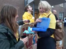 Staken met eigen koffie en brownies voor het gemeentehuis van Goirle
