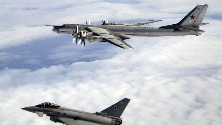 Na het einde van de Koude Oorlog werden de patrouilles van de Tupolev stopgezet. In 2007 besloot president Poetin ze weer te hervatten. Hier wordt een Tupolev in 2008 in de gaten gehouden bij Schotland door een Britse Eurofighter. Beeld UK Ministry of Defense