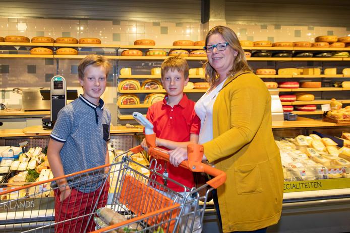 Femke Helmich, hier met haar zoons, vindt dat er straks weinig meer te kiezen valt in Goes.