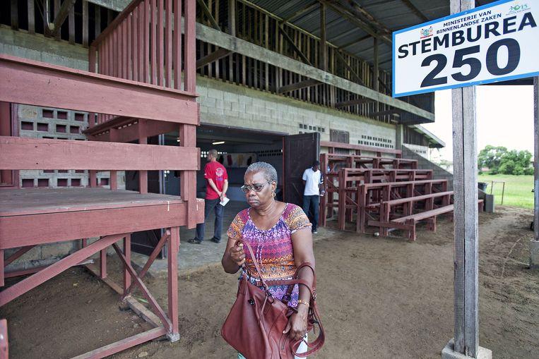 Ruim 300 duizend kiezers kunnen op meer dan twintig partijen stemmen. Vanwege afsplitsingen en politieke ruzies komen er elke verkiezing steeds meer partijen bij in Suriname. Beeld Guus Dubbelman/de Volkskrant