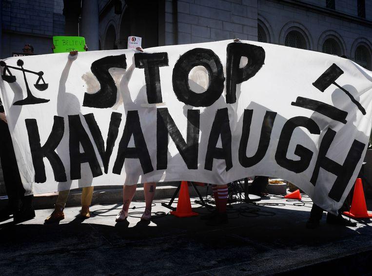 Demonstranten houden een anti-Kavanaugh-spandoek omhoog in Los Angeles
