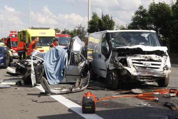 De bestelwagen en de auto van de jonge vrouw, die door de hulpdiensten nog werd open geknipt.