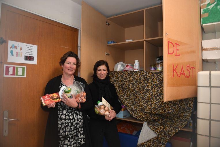 Directrice Sigrid Aertgeerts en mama Nele Rubens bij 'De Kast' van het Heilig Hart.