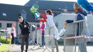 Leerkrachten spelen poetsploeg die op ludieke manier toeziet op coronamaatregelen in Broebelschool Oudenaarde