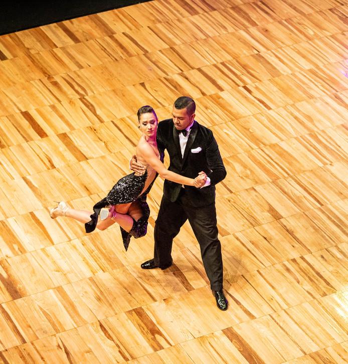 Carlos en Mirella dansen hier hun halve finale Escenario.
