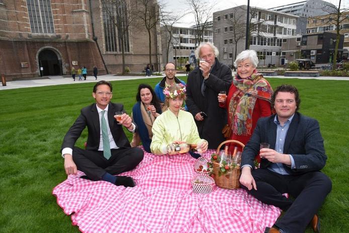 Bij de opening werd er gepicknickt op het gras. Uiterst links zit wethouder Eerdmans.