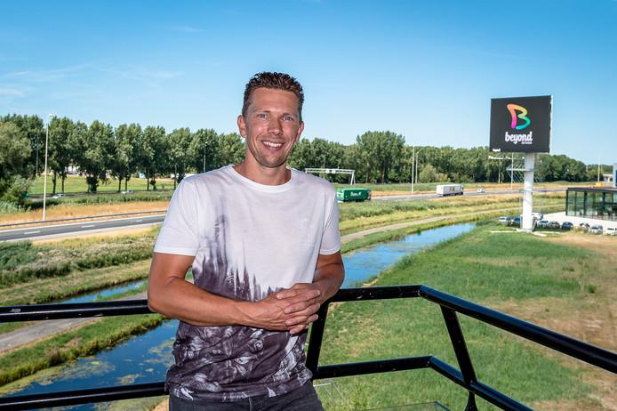 Danny Tournier met op de achtergrond de reclamemast langs de A20 bij Moordrecht.