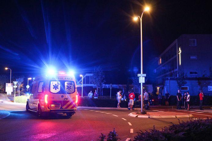 De gewonde scooterrijder wordt per ambulance afgevoerd naar het ziekenhuis.