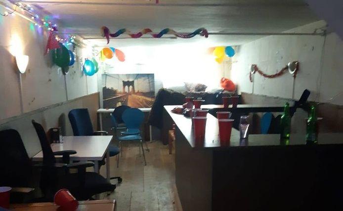 In Zutphen bouwden jongeren een feestje in een bedrijfspand, compleet met slingers. Alle 24 bezoekers werden bekeurd.