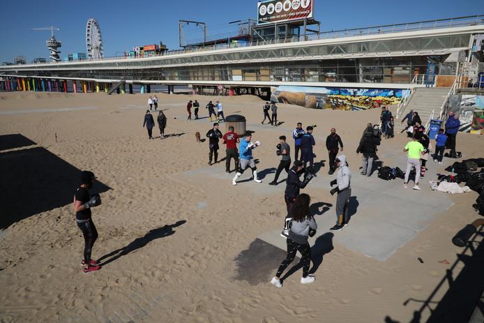 Op het strand van Scheveningen werd zelf gebokst.