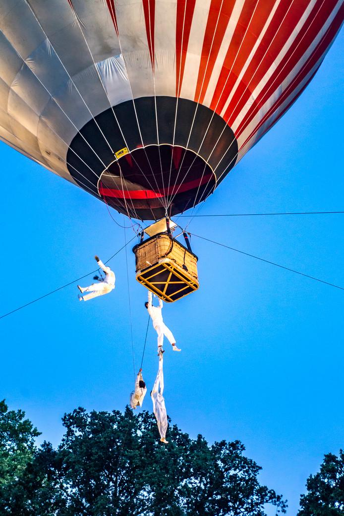 Voor de luchtballon moesten de Deventenaren naar de overkant van de Ijssel. Maar daar lieten duizenden zich niet door afschrikken.