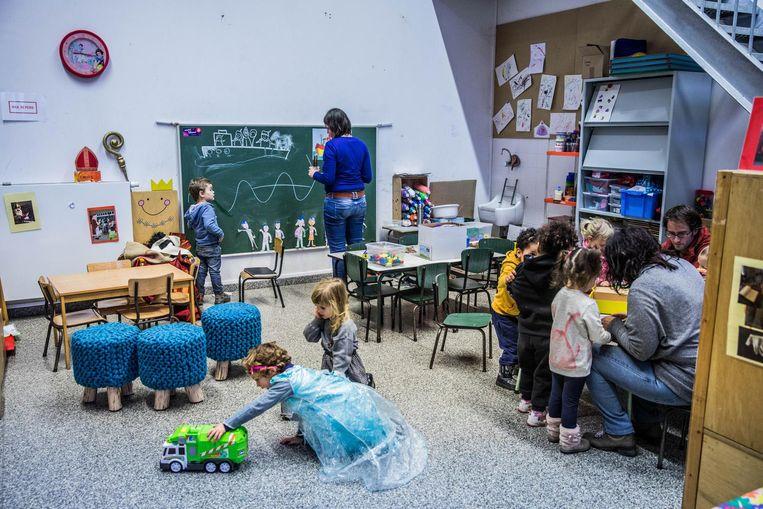De kindjes hebben het prima naar hun zin in hun geïmproviseerd klasje.