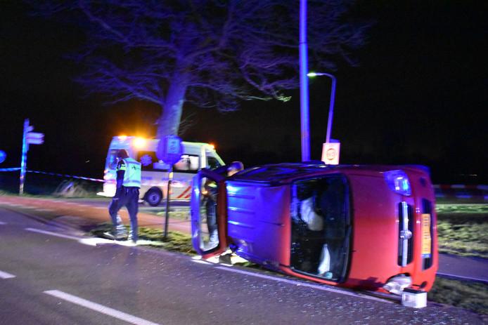 De auto belandde op de zijkant bij het ongeluk in Lunteren.