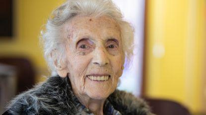 """Josina, de oudste Limburgse vrouw ooit, blaast 109 kaarsjes uit: """"Mijn geheim? Elke avond voor het slapengaan een glaasje rode wijn"""""""