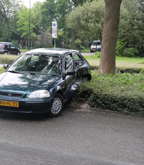 Auto belandt op middenberm bij aanrijding Voorburg