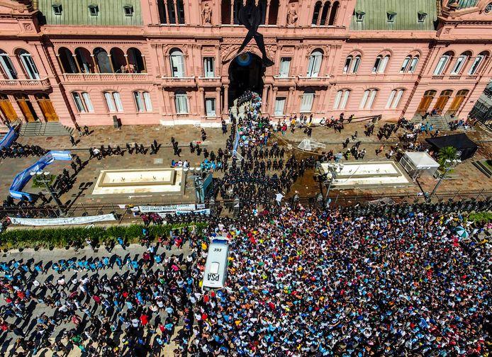 Chaos en een mensenzee in Buenos Aires voor de begrafenis van Diego Maradona.