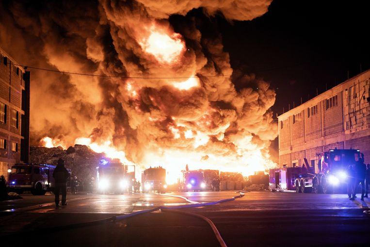 250 brandweerlieden zouden zijn ingezet om deze brand in een vuilstortplaats in Zgierz te bestrijden. Beeld EPA