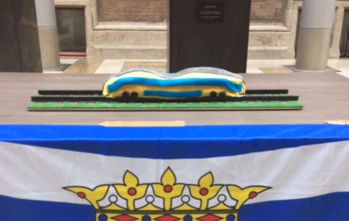 De taart in de vorm van een dubbeldekstrein, gemaakt door de Middelburgse bakker Dennis Dingemans.