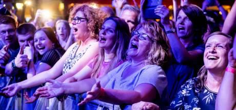 Meezingen op jubileumeditie Paaspop in Den Hout