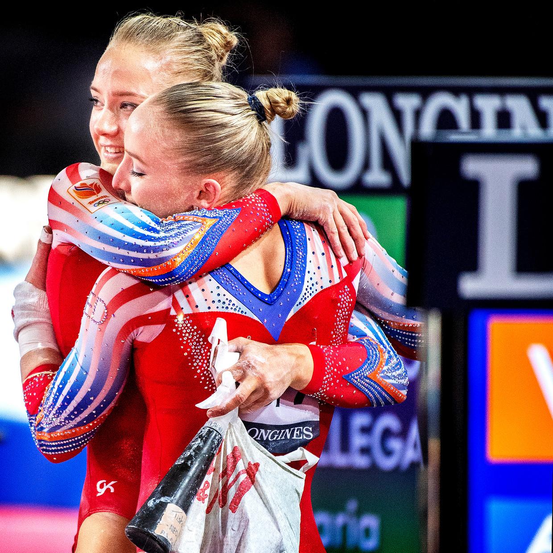 Lieke Wevers (links) wordt na haar oefening op de brug tijdens het WK in Stuttgart in 2019 gefeliciteerd door haar zus Sanne Wevers. Beeld Klaas Jan van der Weij