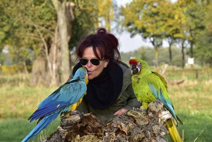 Kitty Goverde met haar twee papegaaien