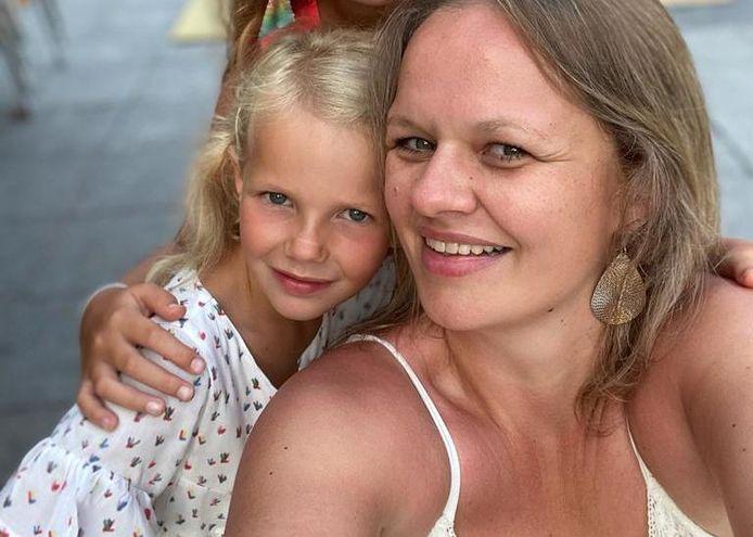 Katrijn Verlinden met een van haar kinderen.