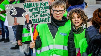 """IN BEELD: Meer dan 1.000 Brugse jongeren en kinderen op straat voor klimaat: """"We blijven spijbelen tot ministers luisteren"""""""
