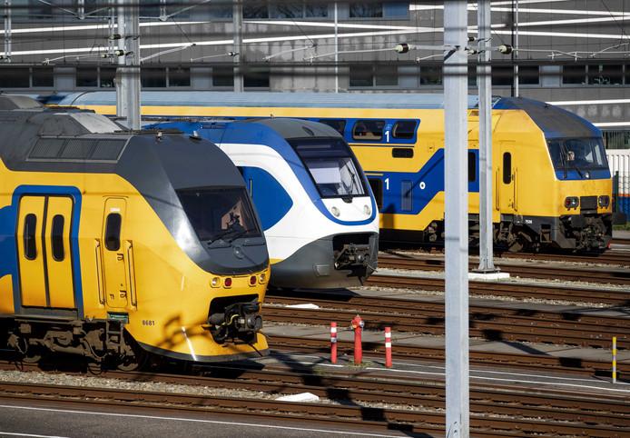 Diverse intercity-treinen staan momenteel geparkeerd op het NS opstelterrein Cartesiusweg.