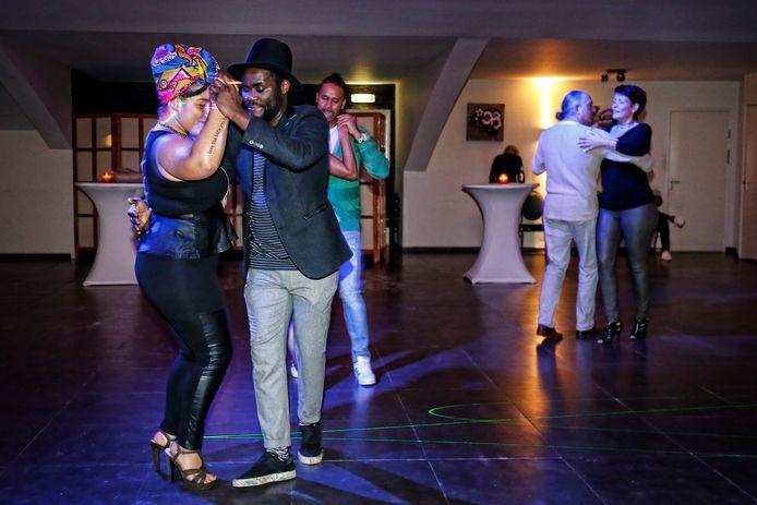 Dansers tijdens een kizombafeest in Utrecht. Kizomba is een dansstijl die oorspronkelijk uit Angola komt.