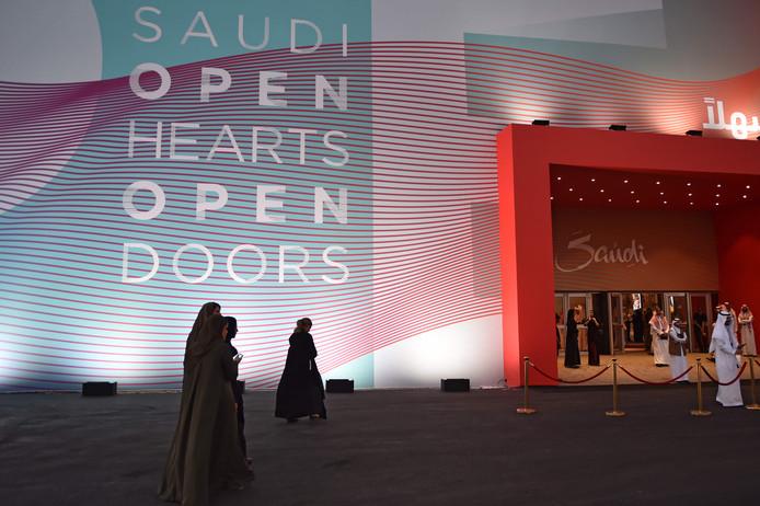 Saoedi-Arabië maakte vorige week met een groots feest bekend dat het land toeristenvisa gaat verstrekken. Daar komen nu een aantal soepeler regels voor buitenlandse stellen en Saoedische vrouwen bij.