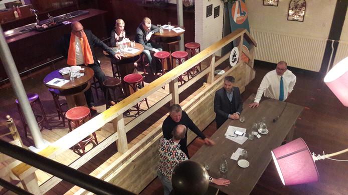 Drie van de zes lijsttrekkers aan tafel bij gespreksleider Richard Engelfriet (onder).