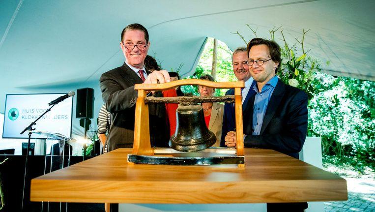 Voorzitter Paul Loven (links) en Ronald van Raak (SP) openen het Huis van de Klokkenluiders in juli 2016. Beeld anp