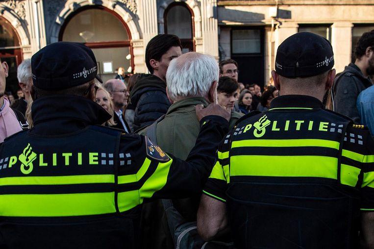 Vijf agenten trokken hem naar de zijkant van het plein. Beeld anp
