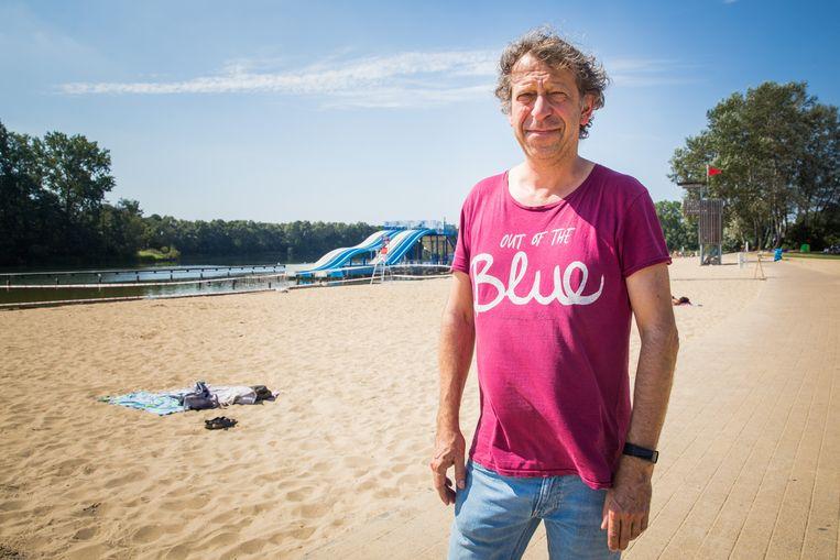 Uitbater Alain Van Haute voor een leeg strand.
