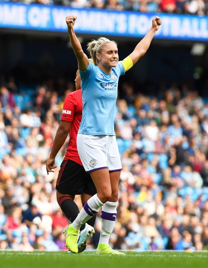 Manchester City-captain Steph Houghton viert de zege op United.