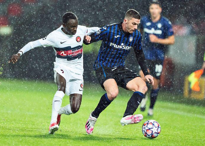 Robin Gosens in duel met Pione Sisto tijdens FC Midtjylland - Atalanta (0-4) in het Deense Herning.
