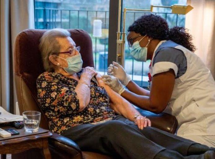 De 94-jarige mevrouw Van Herck is de eerste Mortselaar die een prik kreeg.