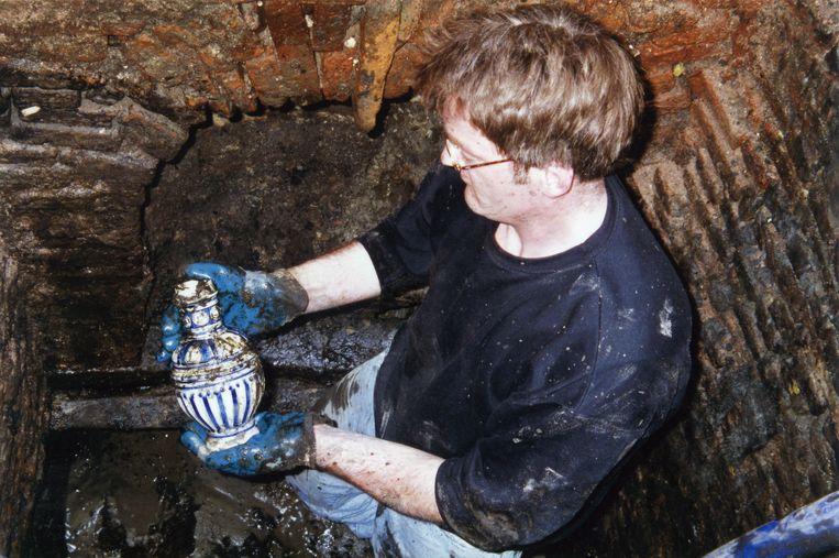 Een archeoloog vindt een bierkannetje in Rembrandts beerput (voorjaar 1997). Beeld Het Rembrandthuis