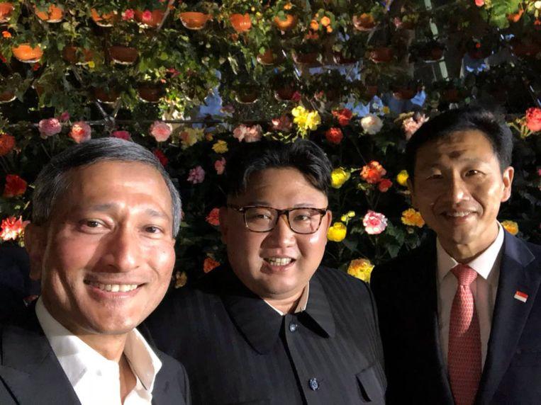 De Singaporese minister van Buitenlandse Zaken Vivian Balakrishnan poseerde al met Kim Jong-un (midden) en zijn collega-minister van Onderwijs Ong Ye Kung op de Jubilee bridge op de Esplanade in Singapore.