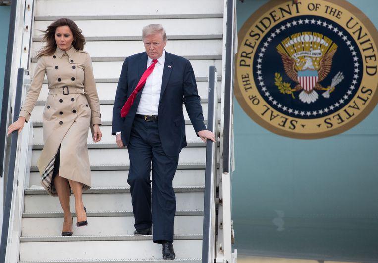 De Amerikaanse president Donald Trump en first lady Melania bij aankomst in België dinsdagavond. Trump woont woensdag en donderdag de Navo-top in Brussel bij.  Beeld AFP