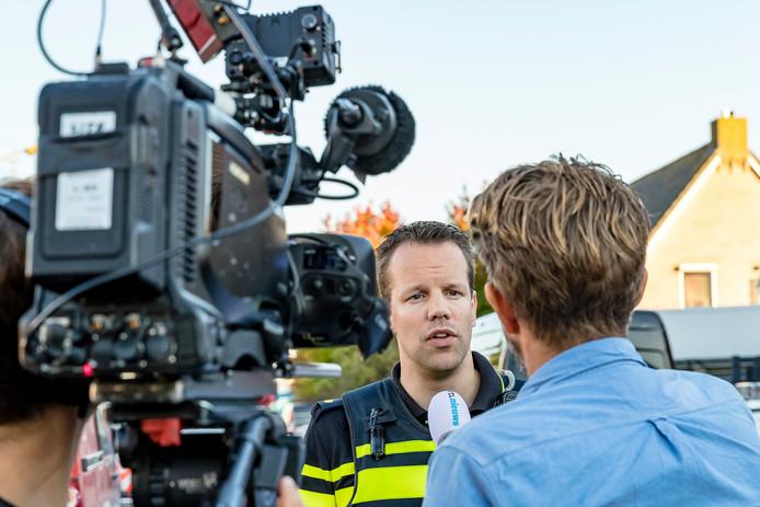 Freek Pecht staat de pers te woord in Lage Zwaluwe.