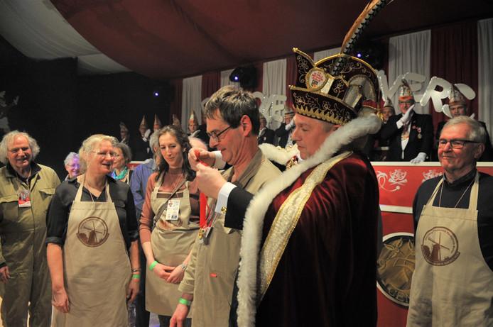 Molenaar Eric van Ark krijgt de Gouden Stuiver omgehangen.