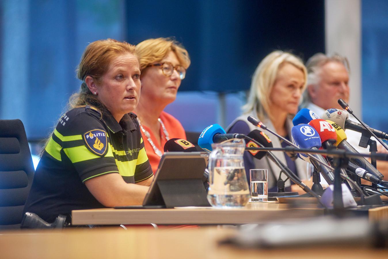 De politiewoordvoerder, burgemeester Wobine Buis,  Marjan Rintel van de NS en Pier Eringa van ProRail tijdens de persconferentie over het spoordrama.